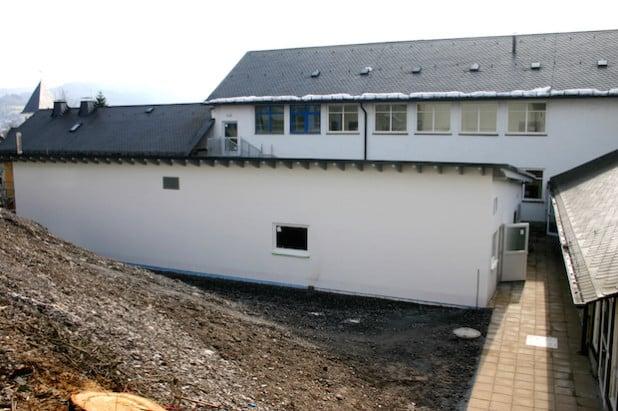 Schlicht und zweckmäßig ist das neu errichtete Sanitärgebäude an der Franz-Stahlmecke-Schule - Foto: Stadt Meschede.