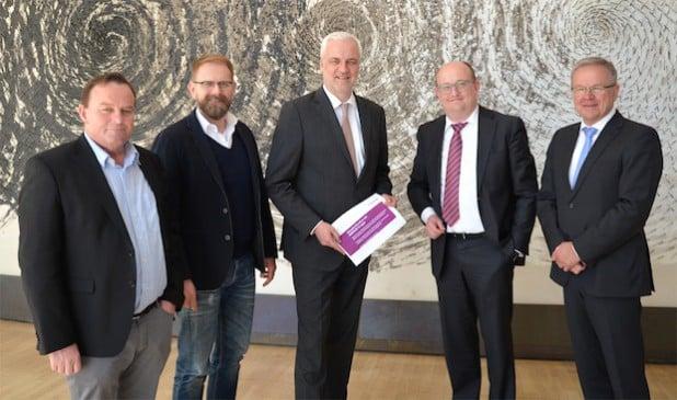 Treffen im Landtag (v.l.n.r.): Hubertus Kramer, MdL, Claus Rudel, Minister Garrelt Duin, Erik Höhne, Wolfgang Jörg, MdL. Quelle: ENERVIE Gruppe