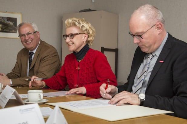 Landrat Dr. Karl Schneider, IHK-Hauptgeschäftsführerin Dr. Ilona Lange, Handwerkskammer-Hauptgeschäftsführer Meinolf Niemand (v. l.) und Peter Bannes (Erster Beigeordneter der Stadt Arnsberg) unterzeichneten die Vereinbarung. Quelle: Handwerkskammer Südwestfalen
