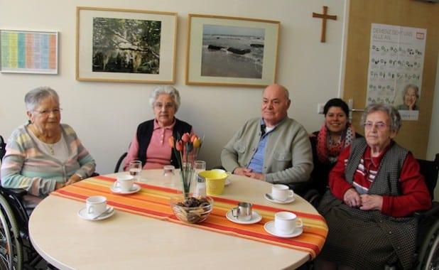 """Ursula Pfeifer, Ruth Schwarz, Bernd König und Agnes Vollmer (v.l.) sind sich im Gespräch mit Tanja Hilden (2.v.r.) einig, dass im St-. Franziskus-Seniorenhaus alles für ein """"Alter in Würde"""" getan wird."""