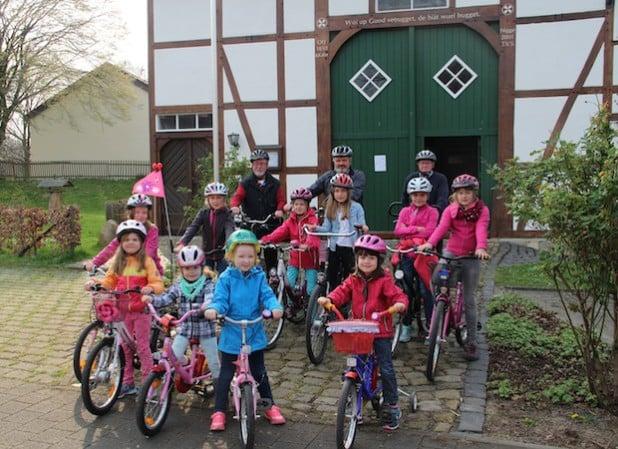 Startklar für das Anradeln sind bereits die jungen Störmeder Mädchen und natürlich die Fahrradführer, die auf viele Teilnehmer am 24. April hoffen. Quelle: Stadt Geseke