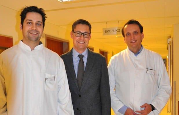 (von rechts nach links):Dr. Simon Kochhäuser, Prof. Lars Eckardt, Chefarzt der Rhythmologie am UKM, Dr. Dirk Böse, Chefarzt der Klinik für Kardiologie, Klinikum Arnsberg. Quelle: Klinikum Arnsberg GmbH