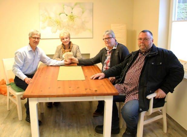 Einrichtungsleiter Burkhard Kölsch (links) freut sich über die Spende, die Hartmut Krämer (rechts), Klaus Waginzik und Sieglinde Baar überreichten. Quelle: Diakonie in Südwestfalen gGmbH