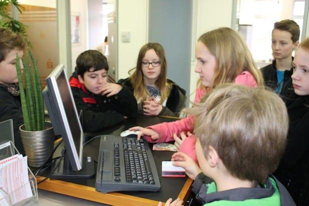 Die Schüler durften selbstständig eine Einzahlung am PC vornehmen. Quelle: Sparkasse Finnentrop
