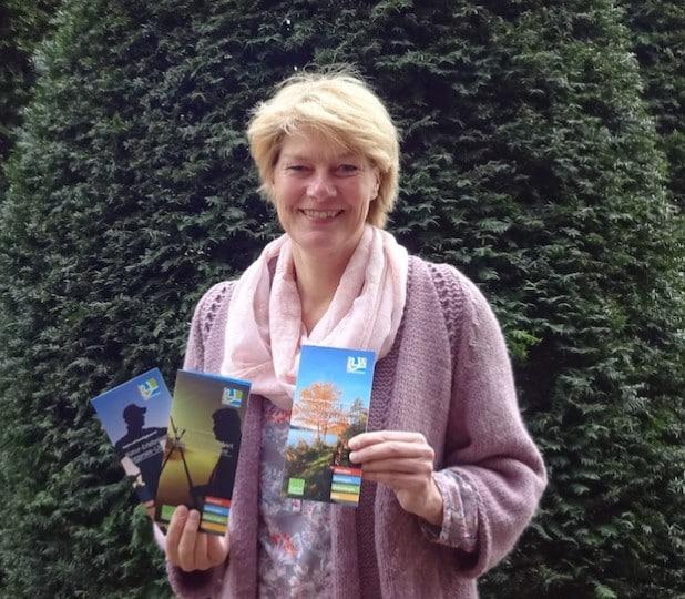 Die Geschäftsführerin Imke Grotelüschen stellt die drei neuen Flyer vor (Foto: Tourismusverband Biggesee-Listersee).