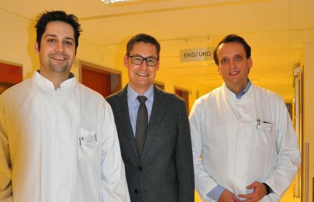 Von rechts nach links: Dr. Simon Kochhäuser, Prof. Lars Eckardt, Chefarzt der Rhythmologie am UKM, Dr. Dirk Böse, Chefarzt der Klinik für Kardiologie, Klinikum Arnsberg - Quelle: Klinikum Arnsberg