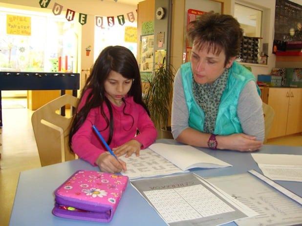 Ramona Lüdecke-Goldberg (hier mit Seherzada) arbeitet als Sprachhelferin und Mitarbeiterin in der Hausaufgabenbetreuung in der OGS Neunkirchen. Sie und ihre Kolleginnen haben ein vertrauensvolles Verhältnis zu ihren Schützlingen aufgebaut und sind sehr bemüht, jedem Kind die Förderung zukommen zu lassen, die es braucht. Quelle: Gemeinde Neunkirchen