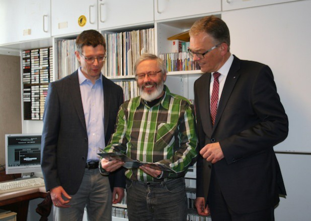 Jonny Böhm, Bernd Kramer und Christof Blume bei der Unterschrift zur Verlängerung des Sponsoringvertrages. Quelle: Volksbank Bigge-Lenne eG