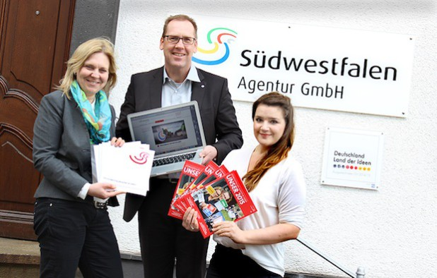 Hubertus Winterberg (Mitte), Dr. Stephanie Arens (links) und Marie Ting stellten den Jahresbericht 2015 sowie die neue Imagebroschüre und Internetauftritt der Südwestfalen Agentur der Öffentlichkeit vor. (Foto: Südwestfalen Agentur / Christian Janusch)