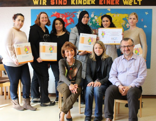 """Das Projekt """"Rucksack KiTa"""" ist erfolgreich in Kreuztal angelaufen (unten v.l.): Renate Kirstein (Leiterin Familienzentrum Fritz-Erler-Siedlung), Yvonne Partmann (Leiterin KI), Veli Aydin (Sozialpädagoge KI); (oben v.l.): Mariem Benoufella (Elternbegleiterin), Susanne Stötzel (Fachkraft  für """"Sprach-Kita ,Familienzentrum Fritz-Erler-Siedlung) sowie Mütter, die an dem Projekt teilnehmen: Kiraz Baydar, Ouafae El Hasnaoui, Faten Omar und Vasilica Mercan.Quelle: Kreis Siegen-Wittgenstein"""