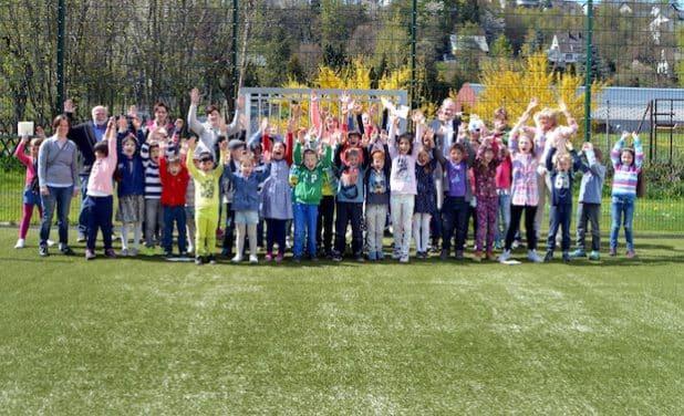 Freude über neue Sport- und Freizeitmöglichkeiten an der Schule unter dem Regenbogen: Groß und Klein eröffneten dort jetzt ein Kleinspielfeld. Bildnachweis: Stadt Meschede