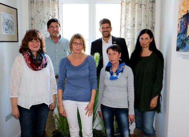 """Eine Steuerungsgruppe hat sich jetzt gebildet, um den Zertifizierungsweg der Gemeinde Burbach zur """"FairTrade-Town"""" zu koordinieren: Elisabeth Fley, Anja Ginsberg, Ute Kring-Fey und Sprecherin Katrin Ginsberg (v.R.v.l.), Rolf Winkel und Johannes Werthenbach (h.R.v.l.). Quelle: Gemeinde Burbach"""
