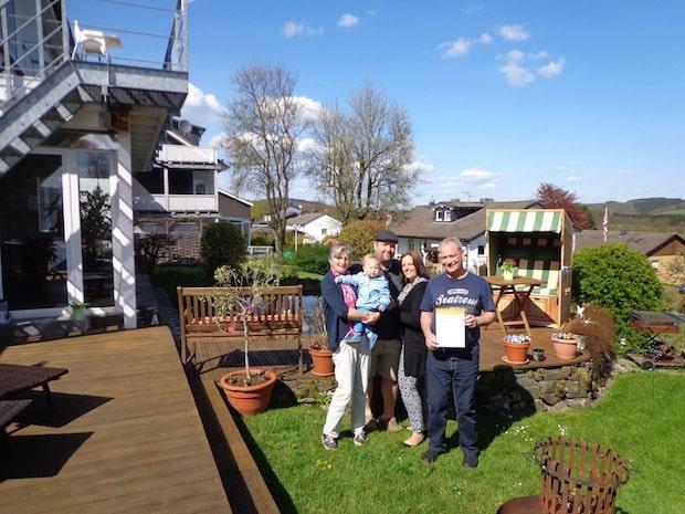 Familie Rawe aus Olpe-Eichhagen freut sich über die erneute Auszeichnung Ihrer Ferienwohnung Biggesee mit 4 Sternen. Foto: Tourismusverband Biggesee-Listersee
