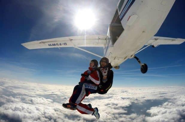 Jetzt gibt's kein Zurück mehr. Sekunden nach dem Ausstieg aus dem Flugzeug erreicht das Doppelgespann im freien Fall eine Vertikalgeschwindigkeit von 200 Stundenkilometern. Foto: Skydive Westerwald