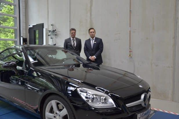 (v.l.n.r.): Prof. Dr. Andreas Nevoigt, Stefan Besarese vom Autohaus Jürgens. Quelle: Fachhochschule Südwestfalen