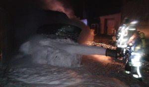 Kleintransporter brennt hinter dem Arnsberger Bahnhof aus