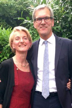 Ämterübergabe im Lions Club Olsberg-Bestwig: Dr. Juliane Wunderlich (li.) übernimmt die Aufgaben der Präsidentin von Dr. Christian Ramspott. Quelle: Lions Club Olsberg-Bestwig