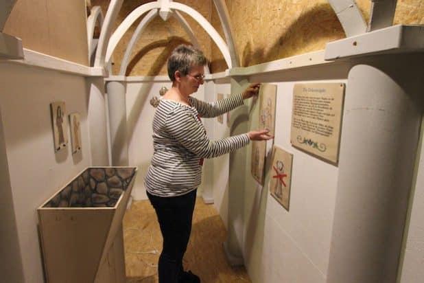 Museumsleiterin Dr. Corinna Nauck gibt der Inneneinrichtung des Klosternachbaus den letzten Schliff. Quelle: Gemeinde Wilnsdorf