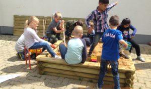Neunkirchener Schüler freuen sich über Sandkasten