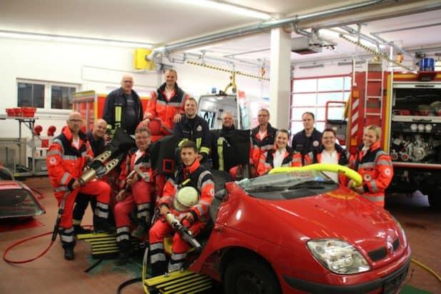 DRK Rettungsdienstpersonal der Rettungswache Burbach-Wahlbach sowie die ehrenamtlichen Rettungssanitäter der Feuerwehr Würgendorf übten gemeinsam die Patientenrettung aus einem Fahrzeug. Bild: Kai Langenbach, DRK