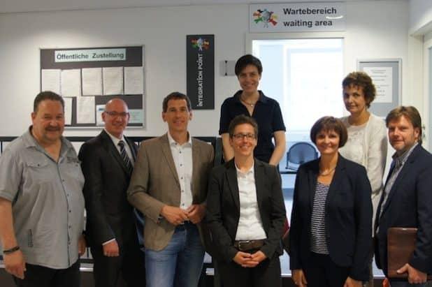 Dr. Bettina Wolf (2.v.r.) und Stephanie Krömer (3.v.r.) stellen dem CDU Stadtverbandsvorstand Siegen und Jens Kamieth MdL (3.v.l.) den Integration Point Siegen vor. Foto: Agentur für Arbeit