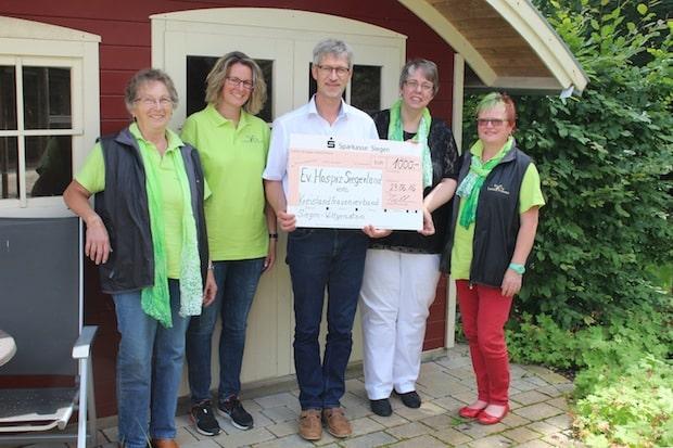 Photo of 150 Liter Waffelteig für gute Sache: Siegen-Wittgensteiner Landfrauen unterstützen Ev. Hospiz Siegerland mit 1000 Euro