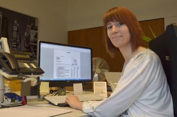 Marina Schulz an ihrem Arbeitsplatz im Gebäudemanagement. Quelle: Fachhochschule Südwestfalen