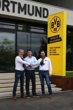 Freuen sich gemeinsam über die Kooperation und auf die kommende Saison: Hermann Niehaves, Arne Brügmann ( BVB Event & Catering) , Martin Niehaves (v.l.n.r.) (Quelle: Westfalenbäckerei Niehaves)