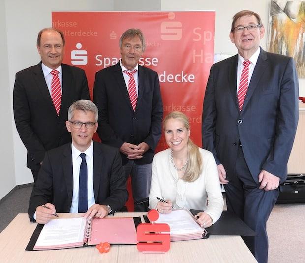 Photo of Fusionsverträge unterschrieben: Sparkassen Hagen und Herdecke schließen sich zusammen