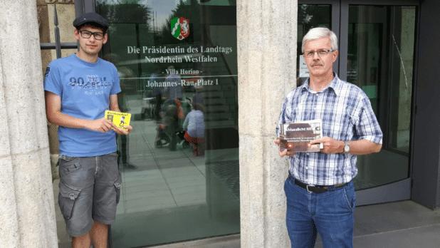 ALFA Kreisbeauftragter im Kreis Olpe, Matthias Köster (links) und der stv. ALFA Regionsvorsitzende aus Lennestadt, Gerd Hennes, vor der alten Staatskanzlei in Düsseldorf.
