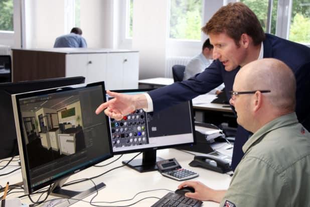 Bernd Hennecke (r.) von accodo zeigt CDU-Politiker Patrick Sensburg in der 3D-Ansicht, wie eine Bankfiliale konstruiert wird und welche Funktionen sie haben sollte. (Quelle: Achim Benke)