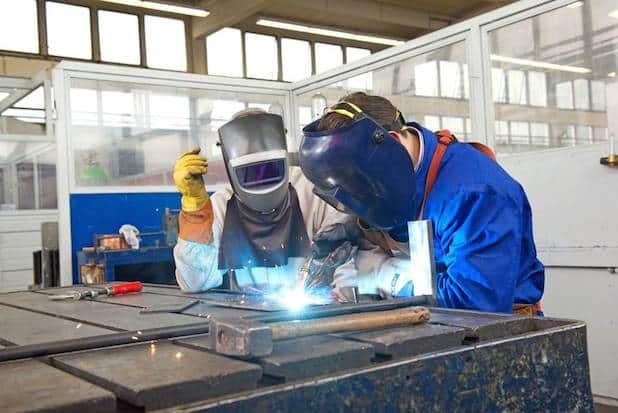 Die aus der Arbeitslosigkeit kommenden Teilnehmer der neunwöchigen Qualifizierungsmaßnahme erlernen in den Ausbildungswerkstätten praxisnahe Grundlagen, die ihnen den Wiedereinstieg ins Berufsleben erleichtern. Foto: djd/Piening Personal/medienfabrik