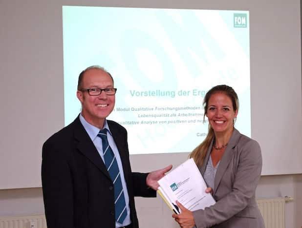 Stephan Jäger von der IHK Siegen und Prof. Dr. Julia Naskrent von der FOM freuen sich über eine weitere Form der inhaltlichen Zusammenarbeit - Quelle: IHK Siegen