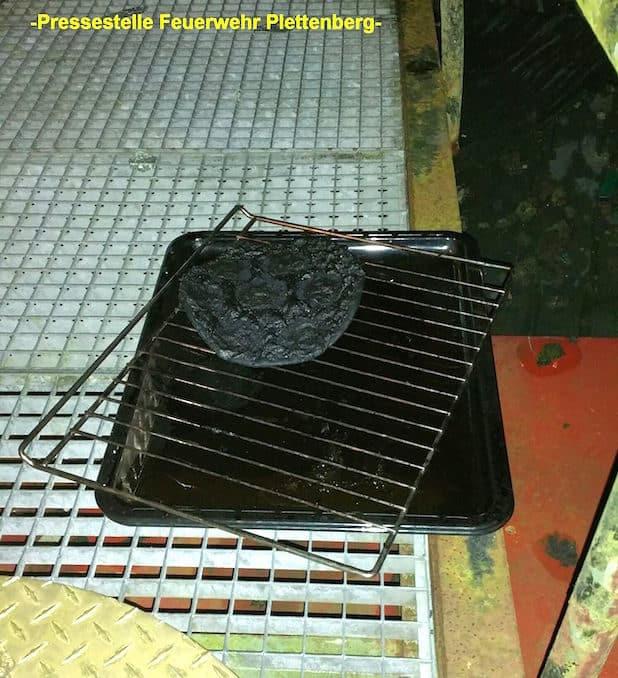 Eine stark verkohlte Pizza holte die Feuerwehr aus dem Backofen - Quelle: Feuerwehr Plettenberg