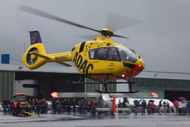 """Heimvorteil: """"Christoph 25"""" im Anflug. Der """"gelben Engel"""" war ein Vertreter aus der großen Hubschrauber-Palette. Die Do-27 im Hintergrund repräsentierte eine ganz andere Fluggeräte-Generation. Foto: Sven Vollert"""