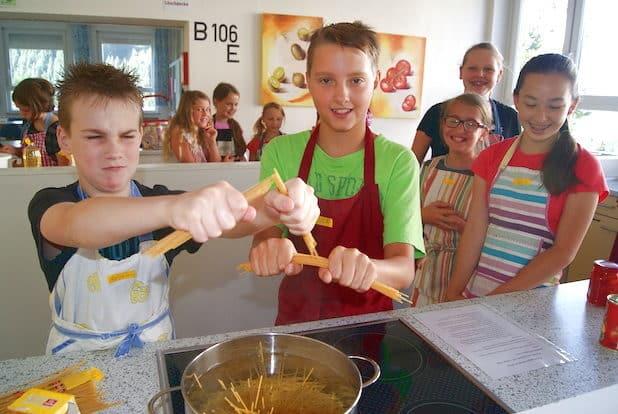 Benjamin und Luca sind für das Spaghetti-Kochen zuständig - Quelle: Stadt Netphen