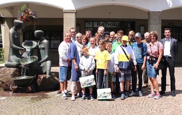 Nach der Begrüßung durch Bürgermeister Christian Pospischil (re.) führte Dieter Auert (3. V. re.) die russischen Waisenkinder mit ihren Betreuerinnen und Betreuern sowie einer Übersetzerin durch die Hansestadt Attendorn - Quelle: Hansestadt Attendorn