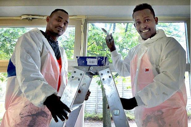 1.Mohamad Ali (rechts) und Bashir Arabow Mohamed aus Somalia helfen im Rahmen einer Qualifizierungsmaßnahme bei den Renovierungsarbeiten - Quelle: Stadt Lüdenscheid
