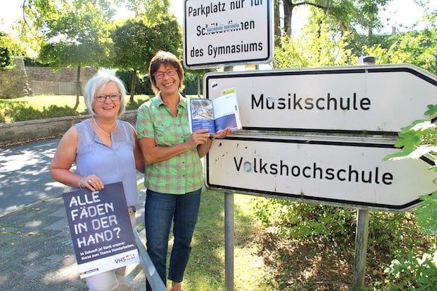 Angelika Koßmann (r.) und Ingrid Vogt (l.)  sind die Ansprechpartner bei der Geschäftsstelle Geseke der VHS vor Ort - Quelle: Stadt Geseke