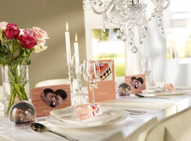 Einladungs- und Tischkarten mit persönlicher Note: Bedruckt mit einem Foto des Brautpaares wirkt die Dekoration doppelt hübsch. Foto: djd/www.pixum.de