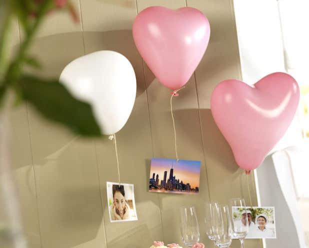 Wer möchte, kann Grüße an das Brautpaar auf Karten schreiben und an Luftballons gen Himmel steigen lassen. Foto: djd/www.pixum.de