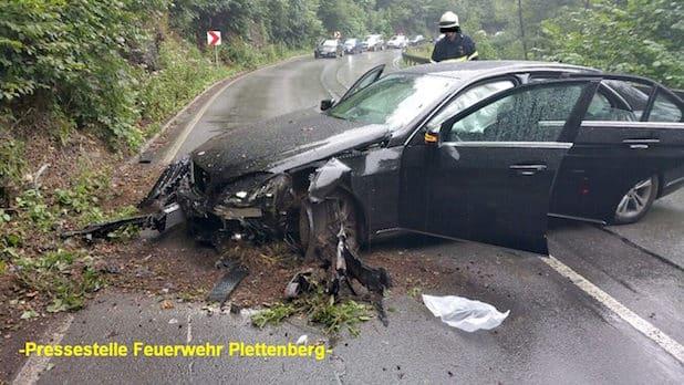 Schwer beschädigt kam die Limousine nach der Kollision mit der zum Teil felsigen Böschung zum Stehen - Quelle: Feuerwehr Plettenberg