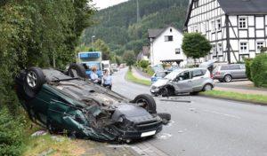 Lennestadt-Kickenbach: Frontalzusammenstoß, PKW landet auf dem Dach, zwei Personen verletzt