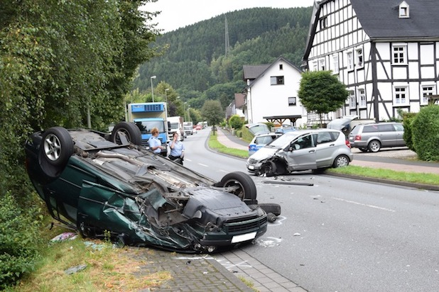 Auf dem Dach landete ein PKW bei einem Frontalzusammenstoß in Kickenbach, zwei Personen wurden verletzt Foto: Christopher Hendrichs