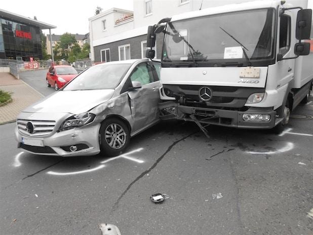 Photo of Ein Leichtverletzter und hoher Sachschaden bei Unfall in Hohenlimburg