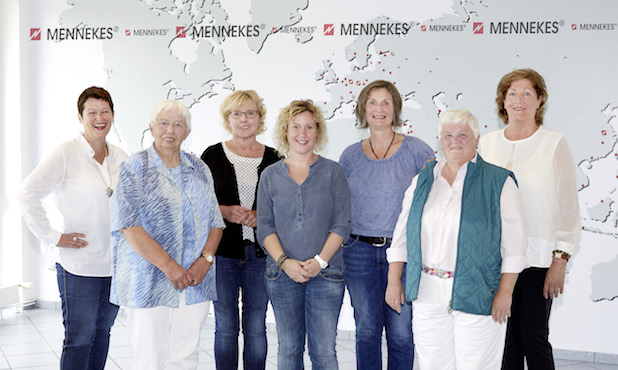 v.l.n.r.: Susanne Prüfer (Stiftung HUMOR HILFT HEILEN), Helma Schorn (ehem. Leitung St. Elisabeth Hospiz), Monika Kramer (Leitung St. Elisabeth Hospiz), Britta Seppi-Cordes (Leitung Josefinum), Bettina Reuter (Klinikclownin Lulu), Rosemarie Kühlem (Gründerin des Häuslichen Hospiz-dienstes im Kreis Olpe), Carla Grundhoff (Prokuristin MENNEKES Elektrotechnik GmbH & Co. KG).