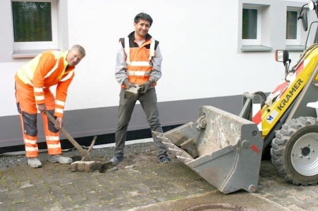 : Christian Conze und seine Kollegen werden bei der Bauhof-Arbeit von Hossein Sabz Tajari aus dem Iran unterstützt. Foto: Gemeinde Bestwig