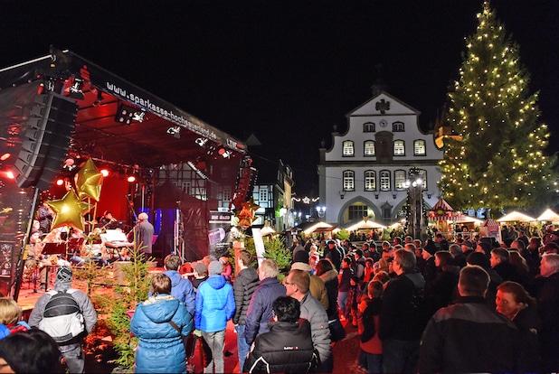 Photo of Lebkuchen und Livesound: 10 Jahre Weihnachtsmarkt  auf dem  Briloner Marktplatz