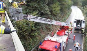Schalksmühle: Gestürzter Bauarbeiter von Feuerwehr mit Drehleiter gerettet