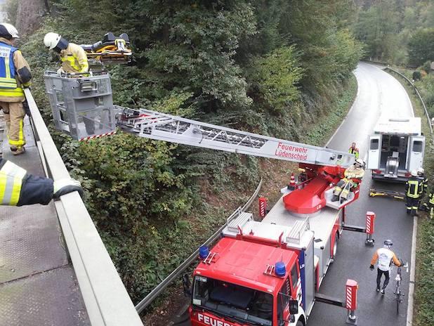 Photo of Schalksmühle: Gestürzter Bauarbeiter von Feuerwehr mit Drehleiter gerettet